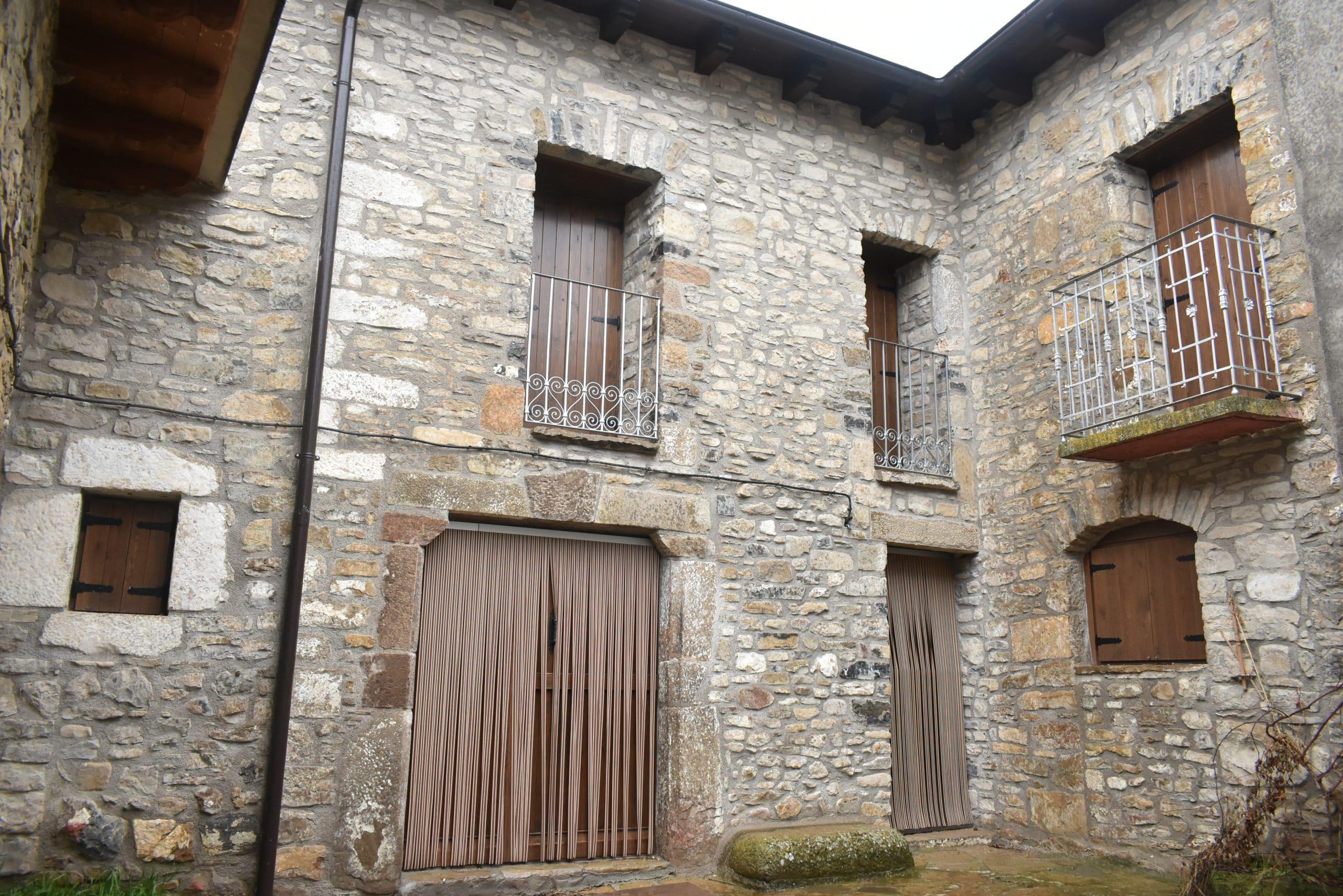 Fachada de piedra de casa rústica