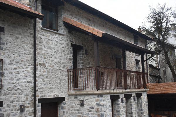 Balconada en casa de piedra rústica