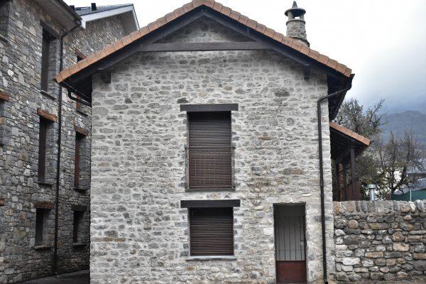 fachada rehabilitada en piedra rústica