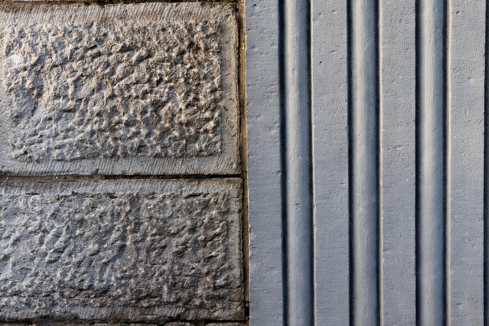 Simetría entre piedras en una fachada