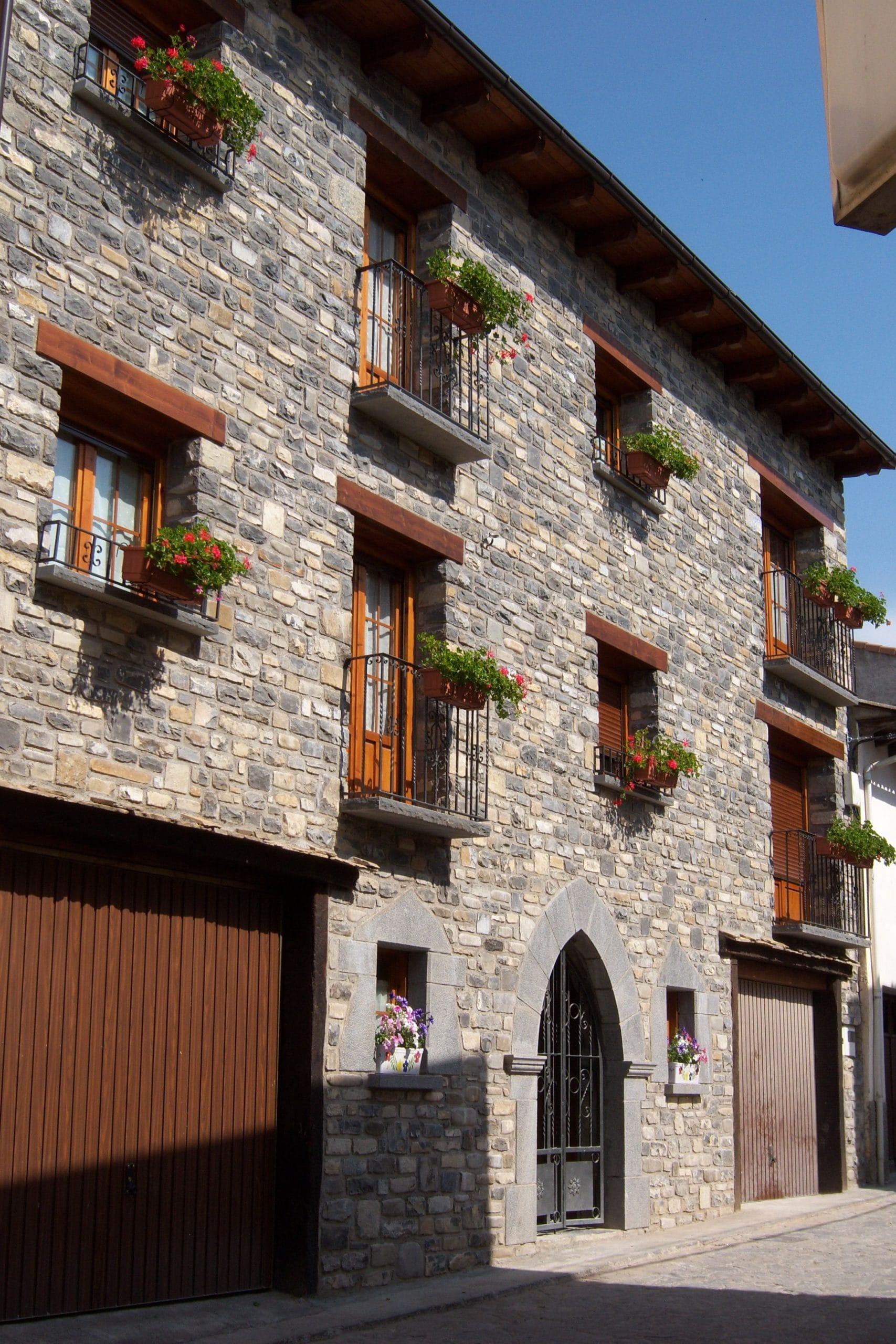 Edificio de apartamentos de estilo rústico con facha en piedra en Javierregay, Jaca